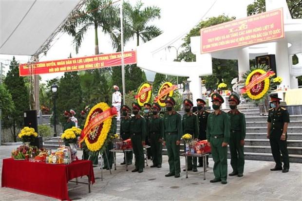 Realizan honras funebres de soldados caidos en defensa de las fronteras nortenas de Vietnam hinh anh 1