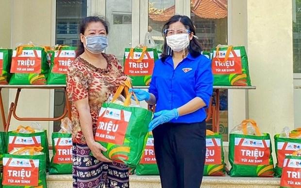 Jovenes vietnamitas ayudan a personas necesitadas a superar el COVID-19 hinh anh 1