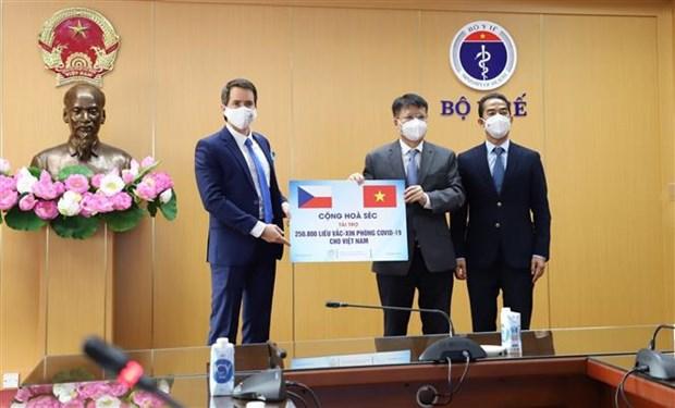 Recibe Vietnam miles de dosis de vacunas donadas por la Republica Checa hinh anh 1