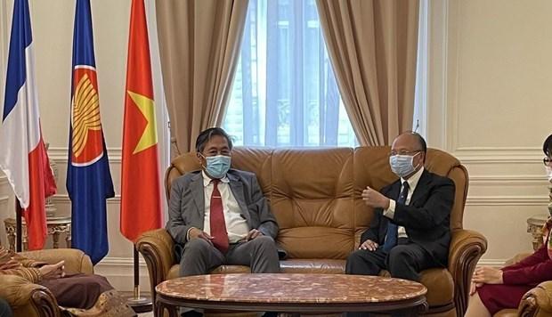 Diplomaticos de Laos en Francia felicitan a Vietnam por su Dia Nacional hinh anh 1