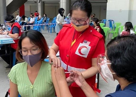 Organizan vacunacion contra COVID-19 para trabajadores vietnamitas en Malasia hinh anh 1