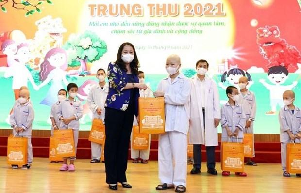 Vicepresidenta vietnamita entrega regalos en area de pediatria por Fiesta del Medio Otono hinh anh 1