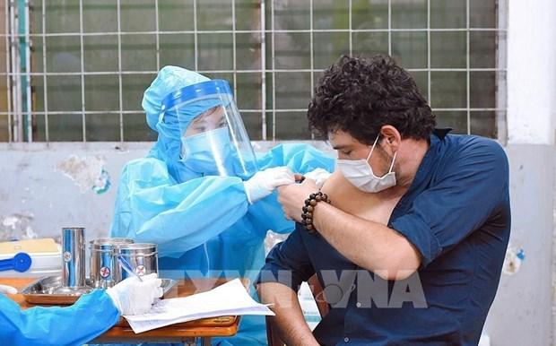 Hanoi facilita vacunacion contra el COVID-19 para extranjeros hinh anh 1