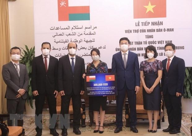 Reciben donacion de Oman para pobladores vietnamitas afectados por inundaciones hinh anh 1
