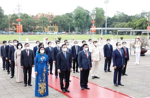 Lideres vietnamitas rinden homenaje al Presidente Ho Chi Minh por el 131 aniversario de su natalicio hinh anh 3