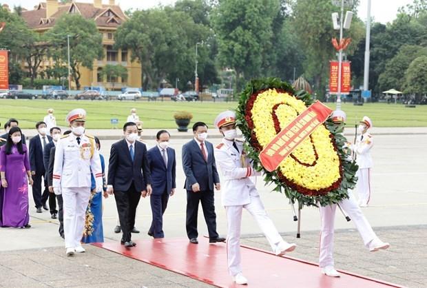 Lideres vietnamitas rinden homenaje al Presidente Ho Chi Minh por el 131 aniversario de su natalicio hinh anh 4