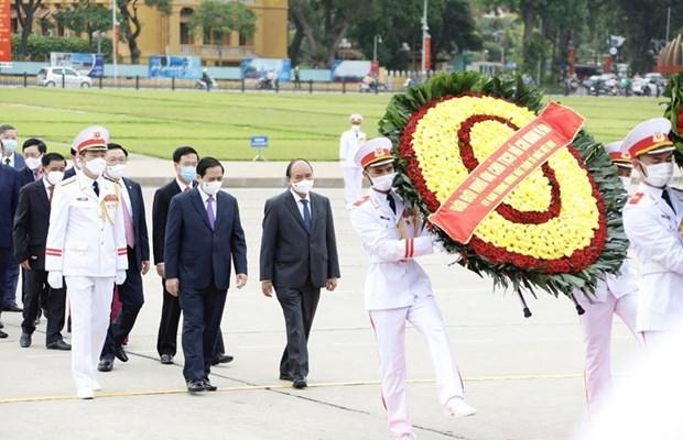 Lideres vietnamitas rinden homenaje al Presidente Ho Chi Minh por el 131 aniversario de su natalicio hinh anh 1