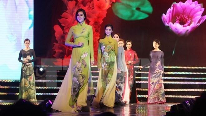 Traje Tradicional De Vietnam Se Presenta En El Mayor Desfile